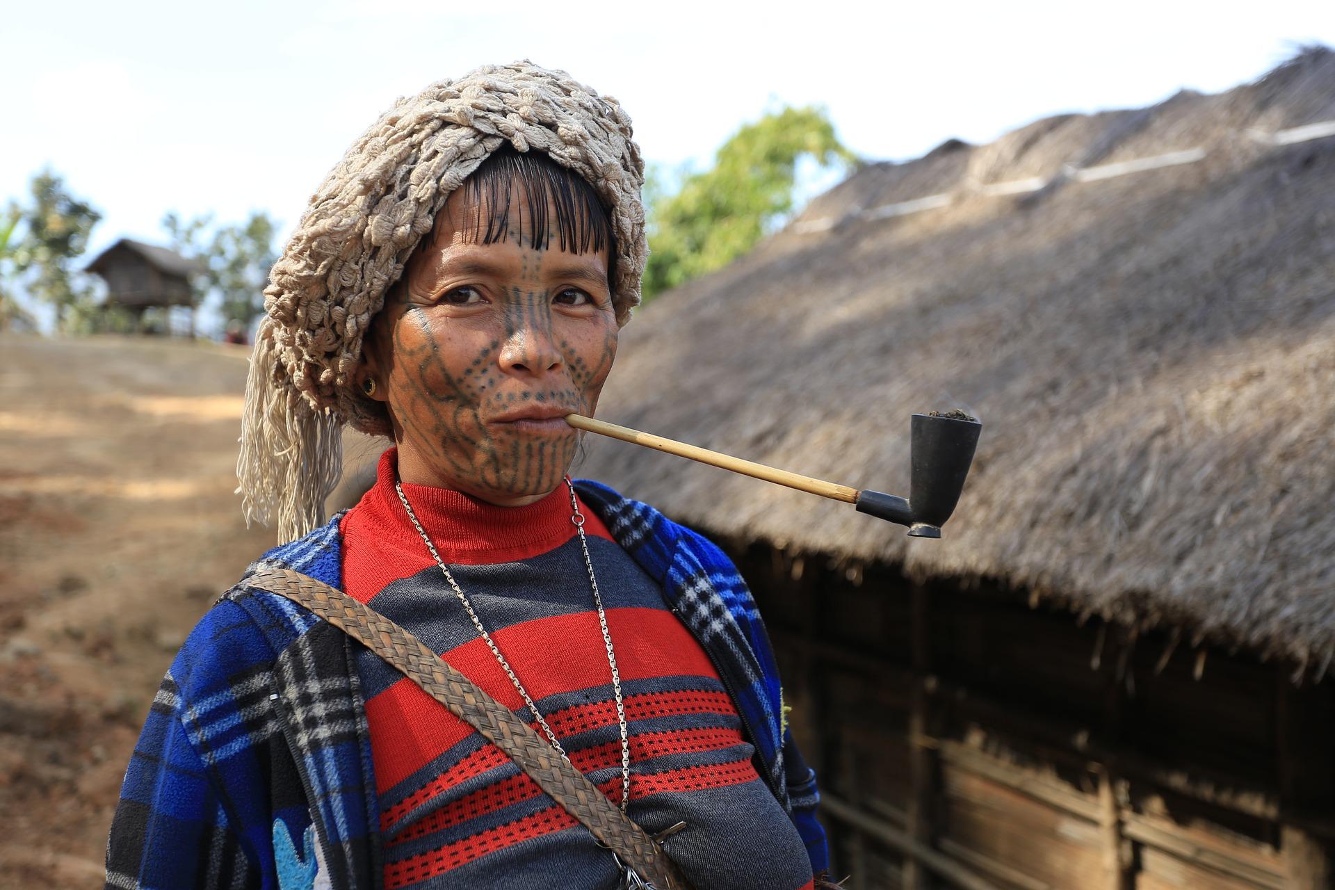 Tatouage féminin de tribu